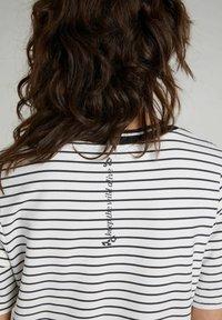 Oui - Print T-shirt - black offwhite - 3