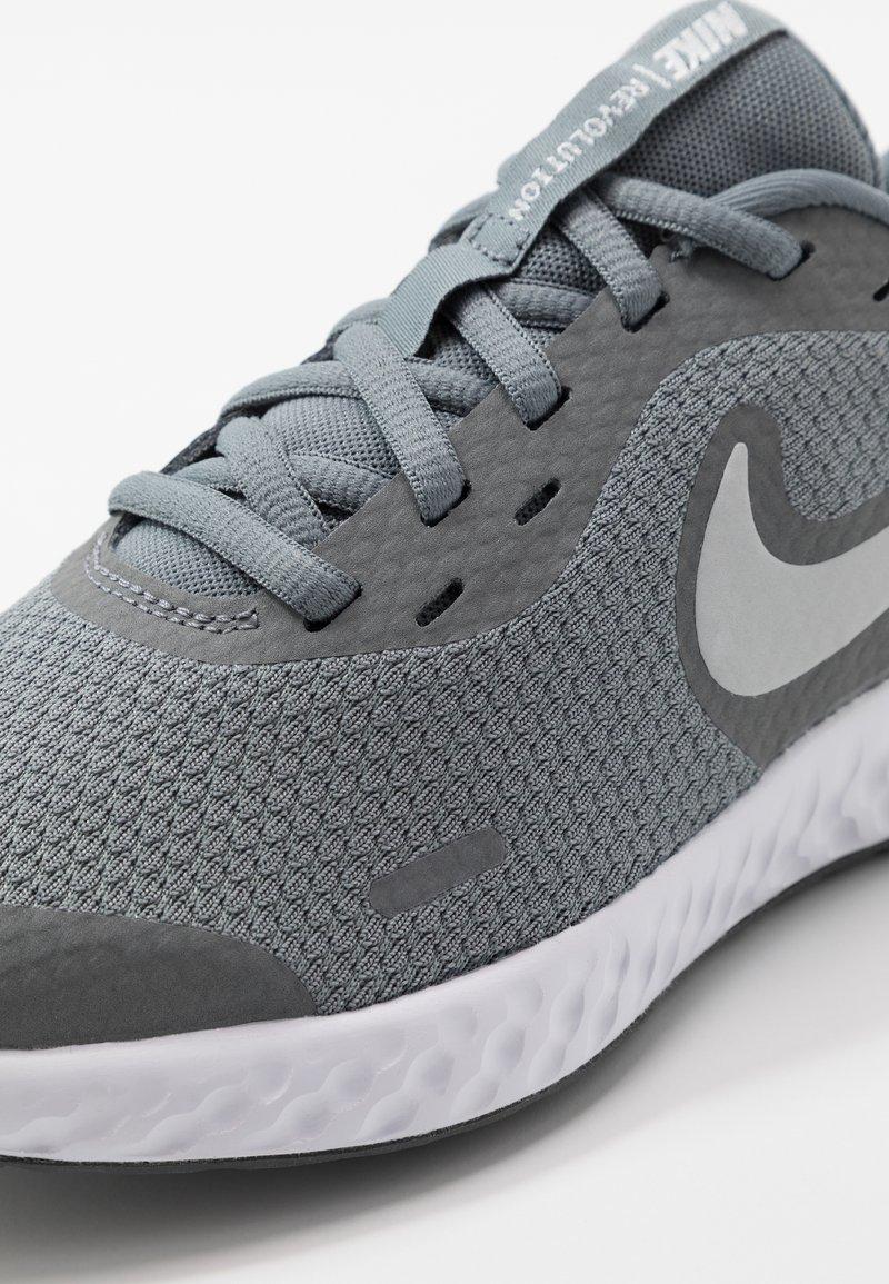 Influencia Abultar Dictadura  Nike Performance REVOLUTION UNISEX - Zapatillas de running neutras - cool  grey/pure platinum/dark grey/gris - Zalando.es