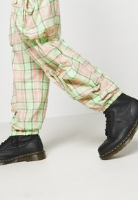 The Ragged Priest - SYMBOL PANT - Cargobukse - lime/pink - 3