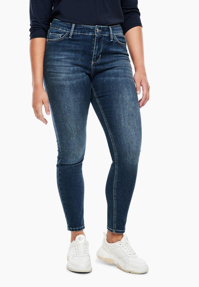 MIT WASCHUNG - Slim fit jeans - dark blue