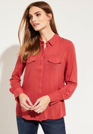 MIT AUFREGENDEN DETAILS - Button-down blouse - red