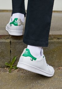 adidas Originals - STAN SMITH UNISEX - Sneakers basse - white/green/clear brown - 2