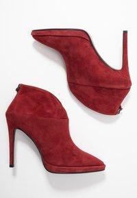 Lola Cruz - High heeled ankle boots - rojo - 3