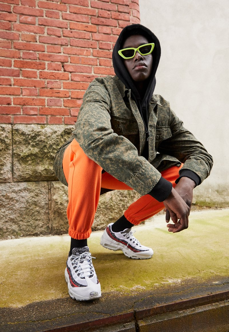 Nike Sportswear - AIR MAX 95 - Zapatillas - white/photon dust/bright crimson