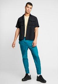 Nike Sportswear - PANT PATCH - Träningsbyxor - geode teal - 1
