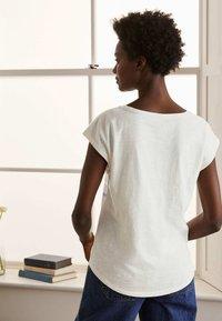 Boden - ROBYN  - Print T-shirt - regenbogen-folienstreifen - 2