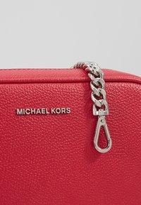 MICHAEL Michael Kors - JET SET CAMERA BAG - Sac bandoulière - raspberry - 3