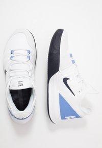 Nike Performance - NIKECOURT AIR MAX WILDCARD - Tenisové boty na všechny povrchy - white/obsidian/royal pulse - 1