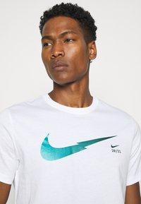 Nike Sportswear - ZIGZAG TEE - Camiseta estampada - white - 3