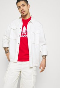 adidas Originals - BLOCKED TREF UNISEX - T-shirt imprimé - scarlet/crew blue - 3