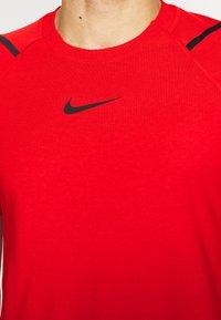 Nike Performance - T-shirts med print - university red/black - 3