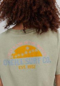 O'Neill - CALIFORNIA SURF - Print T-shirt - desert sage - 2