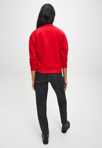 Calvin Klein Jeans - Sweatshirt - red hot darker red - 2