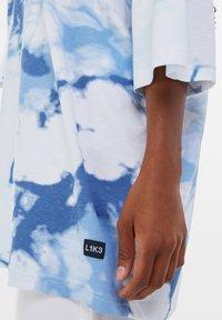 Bershka - OVERSIZED UNISEX - Print T-shirt - white - 8