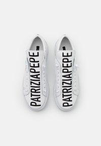 Patrizia Pepe - Nazouvací boty - white - 3