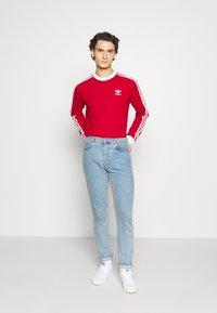 adidas Originals - 3 STRIPES UNISEX - T-shirt à manches longues - scarle - 1