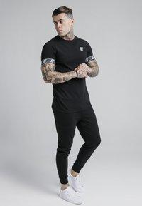 SIKSILK - EXHIBIT TECH TEE - Print T-shirt - black - 1