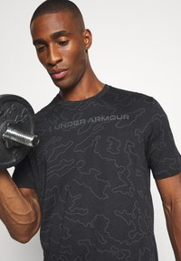 Under Armour - ALL OVER WORDMARK - T-shirt imprimé - black/jet gray - 4