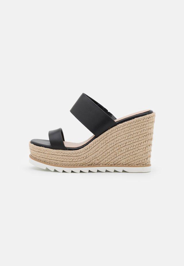 AGRAERITH WIDE FIT - Pantofle na podpatku - black
