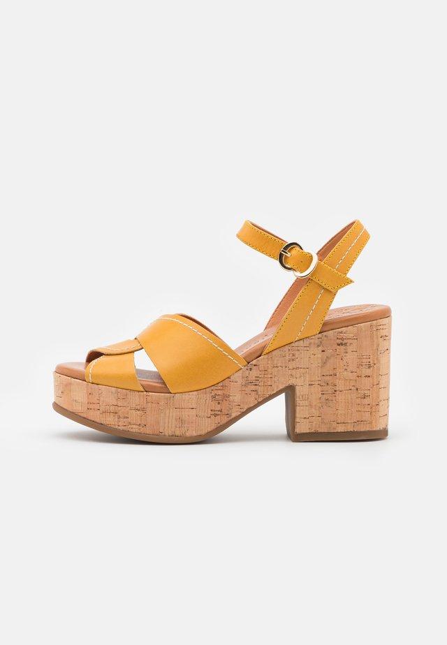 Sandály na platformě - alfa/safron