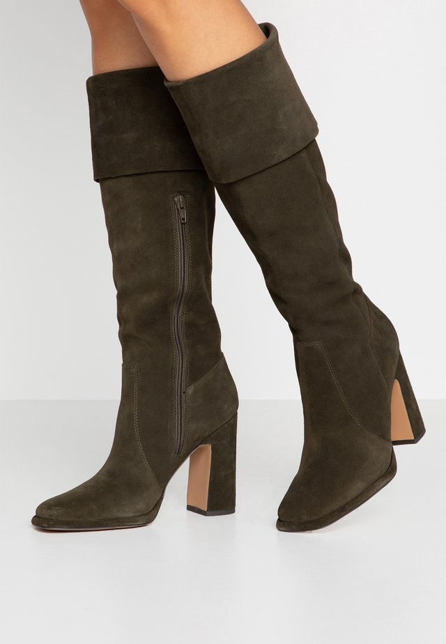 High heeled boots - oliv