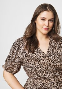 New Look Curves - SAMMIE LEOPARD PUFF SLEEVE - Blouse - pink pattern - 3