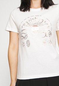 ONLY Petite - ONYRANDI LIFE - Camiseta estampada - cloud dancer - 4