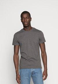 Pier One - 3 PACK - T-shirt basique - black/grey/green - 4