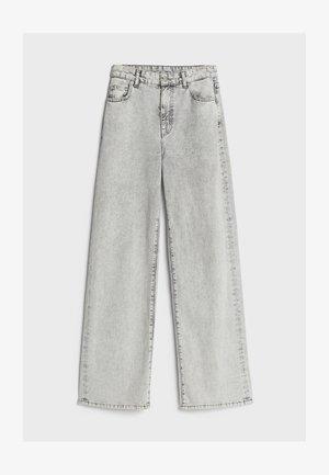 MIT WEITEM BEIN - Flared Jeans - grey