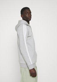 adidas Originals - 3-STRIPES HOODY ORIGINALS ADICOLOR SWEATSHIRT HOODIE - Felpa con cappuccio - medium grey heather - 3