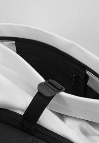 N°21 - Batoh - white - 6