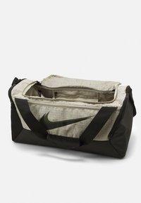 Nike Performance - DUFF SLUB UNISEX - Sporttas - stone/black - 2