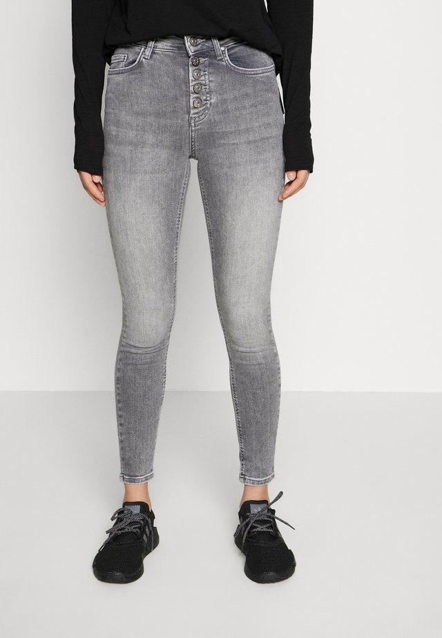 ONLBLUSH BUTTON - Vaqueros pitillo - medium grey denim