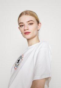 Converse - CHUCK WOMENS WANDER BOXY TEE - Print T-shirt - egret - 3
