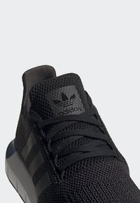 adidas Originals - SWIFT RUN SHOES - Sneakers - black - 6
