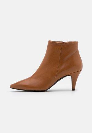 BENETTBO - Ankle boots - cognac