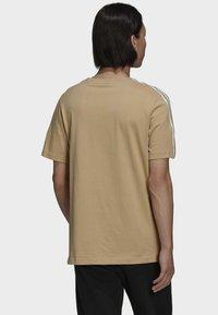 adidas Originals - T-shirt med print - beige - 1