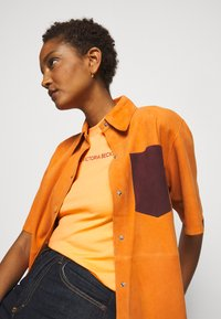 Victoria Victoria Beckham - SLIM FIT LOGO - Print T-shirt - tropical punch orange - 4