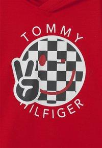 Tommy Hilfiger - SMILE HOODIE UNISEX - Hættetrøjer - red - 2