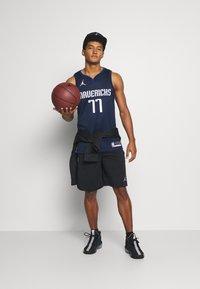 Nike Performance - NBA DALLAS MAVERICKS LUKA DONCIC SWINGMAN  - Article de supporter - college navy/game royal/white - 1