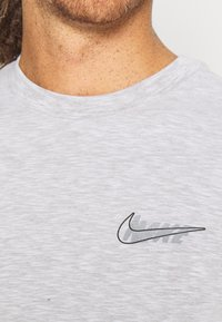 Nike Performance - DRY TEE - T-shirt con stampa - white/pewter grey - 4