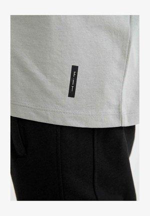 Camiseta básica - grey
