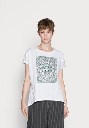GREEN MANDALA IN SQUARE TEE - Print T-shirt - white
