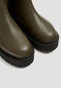 PULL&BEAR - Kotníkové boty na platformě - khaki - 5