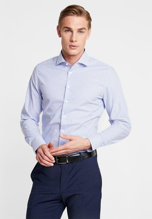 SLIM SPREAD KENT PATCH - Overhemd - hellblau