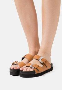 YAS - Pantofle - biscuit/silver - 0