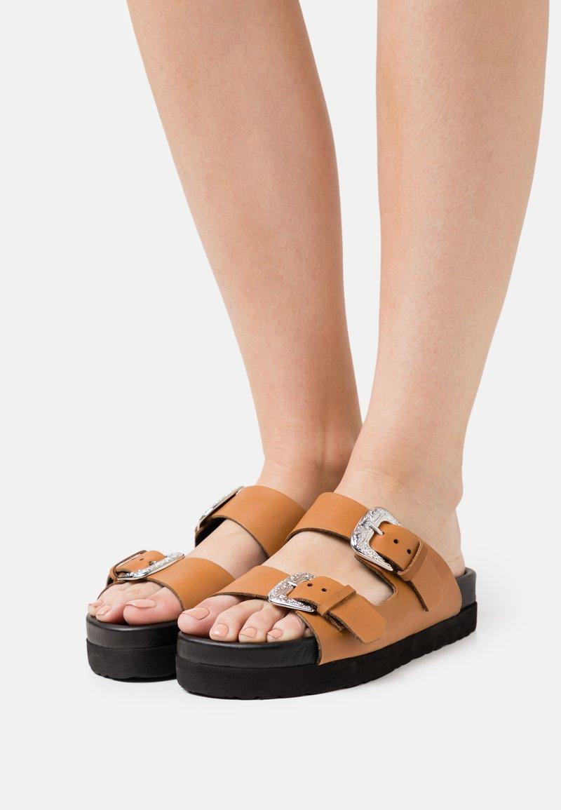 YAS - Pantofle - biscuit/silver
