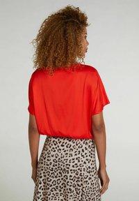 Oui - Basic T-shirt - fiery red - 2
