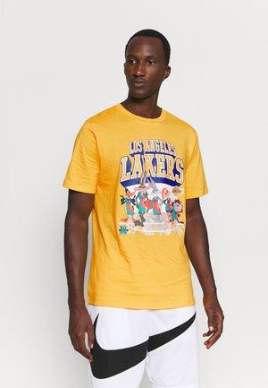 NBA CHICAGO BULLS SPACE JAM 2 TUNES ON COURT TEE - Print T-shirt - yellow
