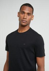 Michael Kors - SLEEK CREW NECK  - T-shirts - black - 3